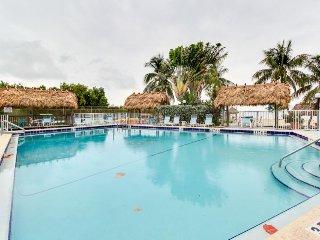 6th-floor oceanfront condo w/sweeping ocean views & shared pool, tennis, sauna!