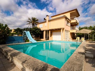 Cozy home w/ private pool, sunny courtyard, great location!, Palmanyola