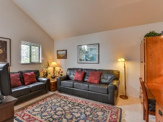 Second-floor studio condo w/ shared pool, close to golf & shopping!