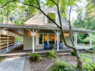 Cozy riverfront cottage w/ tranquil garden landscape & entertainment!, McKenzie Bridge