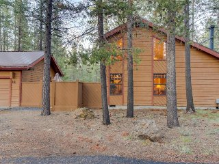 Cabin-style house w/ a private hot tub and SHARC access!, Sunriver