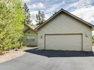 Bright, elegant house in a quiet neighborhood w/ private hot tub! SHARC access!, Sunriver