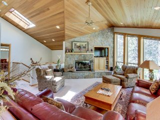 Beautiful Sunriver home with hot tub and two master suites!