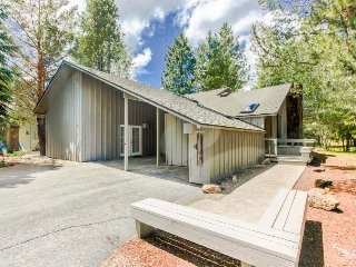 Homey cabin w/ private hot tub, entertainment & SHARC passes!, Sunriver