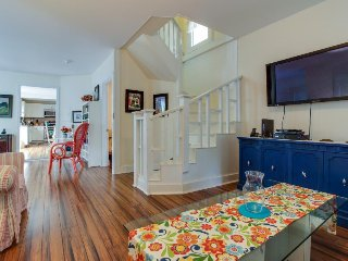 A deck, an enclosed yard & bikes, walking distance to the beach, ferry & town!, Oak Bluffs