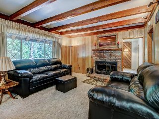 Cozy and inviting mountain cabin with great home essentials & large deck, Idyllwild