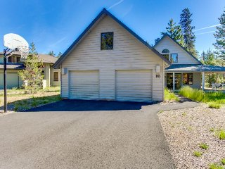 Spacious, dog-friendly home in quiet area w/ private hot tub! SHARC access!, Sunriver