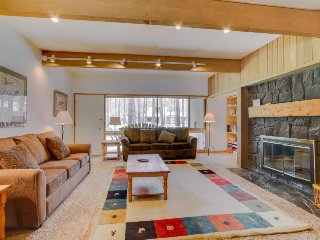 Dog-friendly condo w/ entertainment, private hot tub and SHARC access!, Sunriver