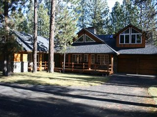Spacious cabin with expansive deck and private hot tub, Sunriver