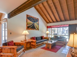 A private hot tub awaits at this Sunriver condo, SHARC passes!