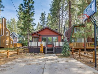 Mountain getaway with private hot tub, close to skiing, hiking & more!, Big Bear Region
