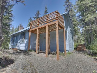Pet-friendly cabin close to ski slopes and town!