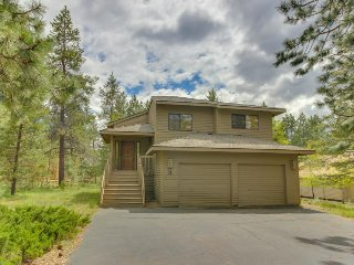 Enjoy a private hot tub & SHARC passes at this perfectly located home!, Sunriver