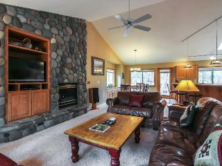 Cozy lodge w/private hot tub & deck, SHARC access provided!