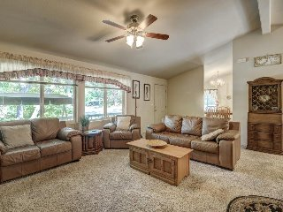 Welcoming home w/ lake access & shared pool just 25 miles from Yosemite!, Groveland