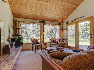 """Lodge on """"Sun River"""" w/private hot tub!, Sunriver"""