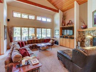 Spacious home w/hot tub, gourmet kitchen & golf course views, Sunriver