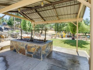 Cozy cabin w/foosball table, golf, beach access & shared pool - near Yosemite