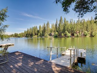 Lakefront chalet with gourmet kitchen, private dock, and huge deck w/great views, Groveland