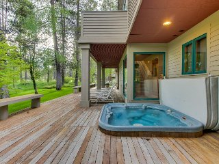 Sunriver getaway, golf course views, hot tub & SHARC passes!