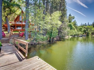 Dog-friendly lakefront home w/gorgeous chef's kitchen, private dock, shared pool, Groveland