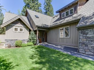 Great kitchen, private hot tub, and near the Village at Sunriver!