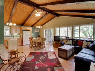 Lovely house w/shared pool near golf & the lake, great for relaxing getaways!