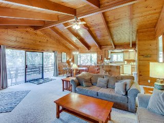 Peaceful, family-friendly cabin w/shared pool & more near Yosemite, Groveland