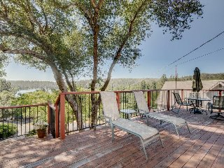 Cozy, family-friendly house w/shared pool, large deck with views of the lake!