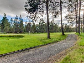Sunriver getaway, golf course views, hot tub & SHARC passes!