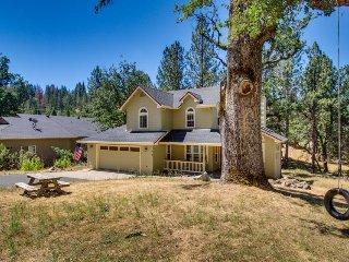 Beautiful home w/lake access, game table, shared pool near Yosemite!, Groveland