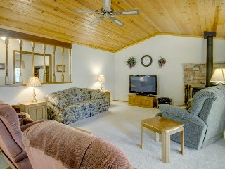 Family-friendly home w/ lake access & games, shared pool, near Yosemite, Groveland