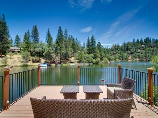 Quiet, lakefront cabin w/ private dock & pool table near Yosemite!, Groveland