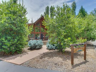 Centrally located dog-friendly cabin w/ lake access & shared pool, near Yosemite