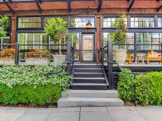 Luxury Pearl District townhome with a deck and gourmet kitchen!, Portland