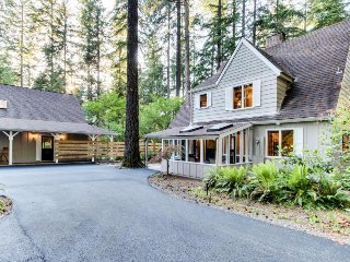 Stunning riverside property w/ fireplace, deck, grill, & more!, McKenzie Bridge