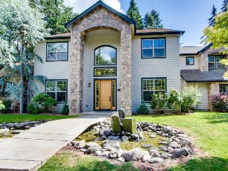 Luxurious home w/ private hot tub, entertainment & more - dogs okay!, Eugene
