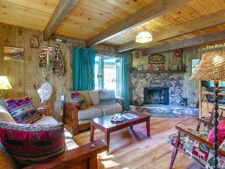 Charming, inviting cabin great for a family - close to town & the lake!, Big Bear Region
