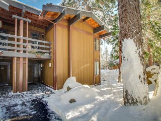 Elegant townhome w/ shared pools, hot tub & gorgeous lake views!, Tahoe City