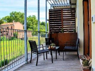 Modern, chic flat w/ easy beach access & a private deck!, Senigallia