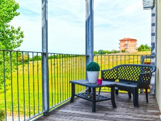 Bright, cheerful condo with private deck & close to beach!, Senigallia