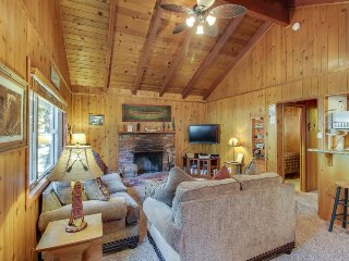 Quiet and cozy cabin w/ hot tub. Close to golf and skiing! Dog-friendly!, Big Bear Region