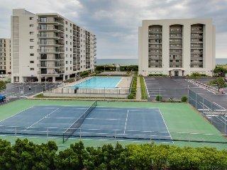 Comfortable condo w/ ocean views, shared pool & nearby beach access!