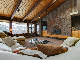 Mountain home w/private hot tub, game room, and space for 14, Aspen