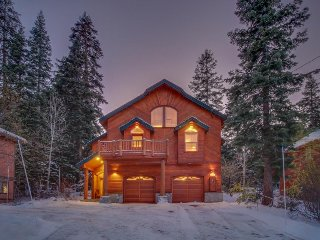 A private hot tub, shared pool, a gourmet kitchen, and dog-friendly too!, Truckee