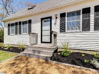 Charming cottage with deck and playroom one mile from beach, Oak Bluffs