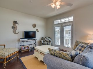 Charming dog-friendly townhouse just 1 1/2 blocks to the beach w/ shared pool