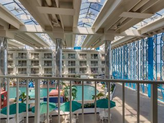 Easy-going suite w/ indoor heated pool, sauna, fitness gym - walk to the beach!
