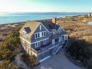 Luxury bayfront island home with its own hot tub!, Falmouth
