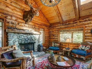 Gorgeous log cabin in the mountains w/ wood fireplace & detached guesthouse